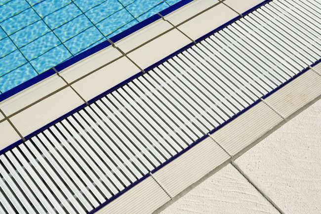 Griglia lineare perpendicolare piscina